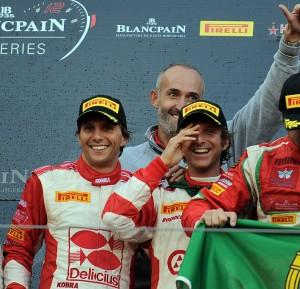 Rizzoli, Gai e il team principal Amadio festeggiano i titoli piloti e team del BES sul podio della 1000 km del Nurburgring